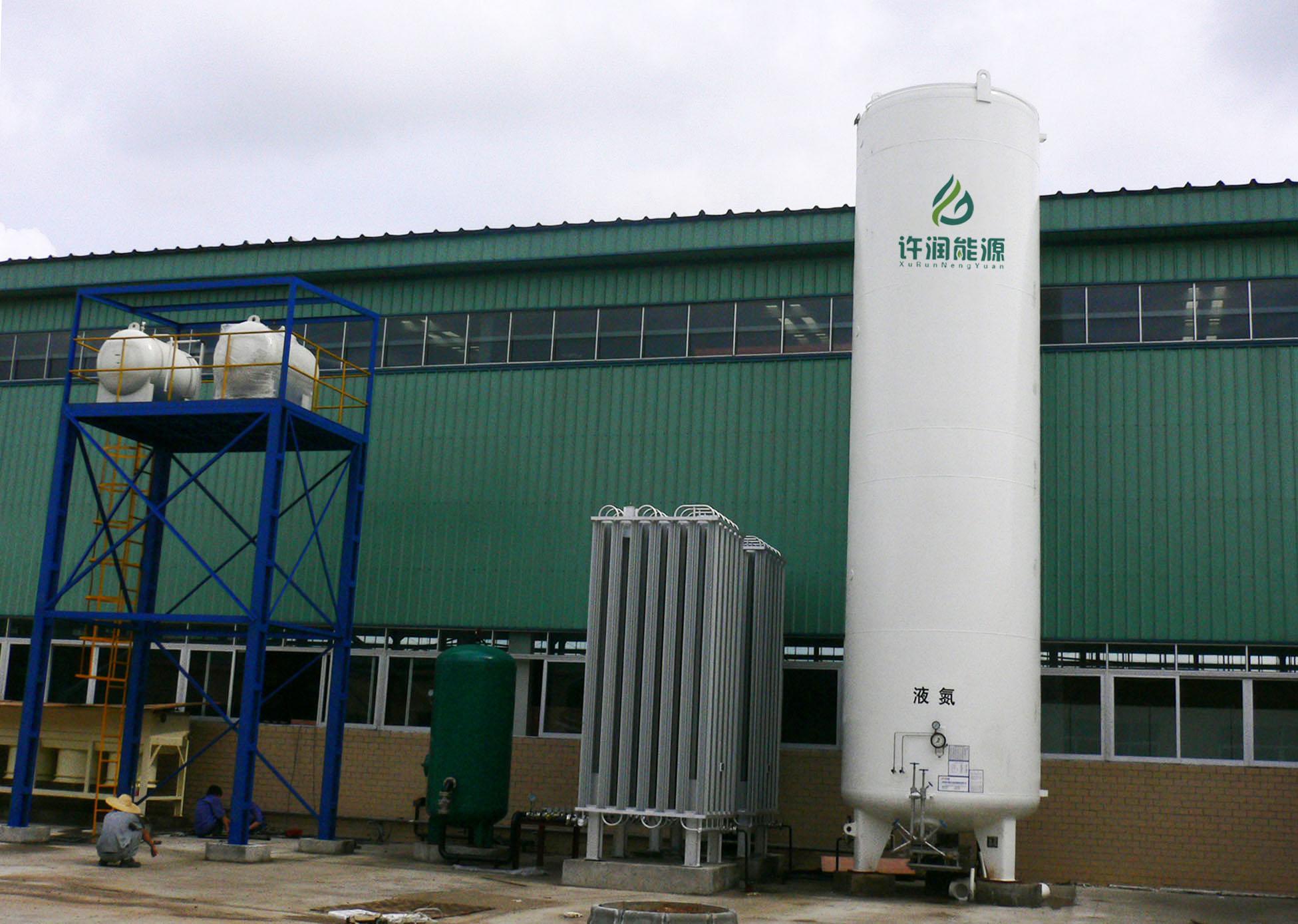 2、低温储罐的优点:   以前我们储存气体大部分使用压力装置,这种方法有两个明显的缺点:需要较大的压力,使设备长期存在于危险之中;容积小,由于压力的限制我们很难将高压容器设备建造得很大。   低温储罐恰好克服了这两个缺点,在低温下,气体很自然的变为液态,压力仅为常压或略高于常压。   结合这些优点,低温储罐的发展空间是非常大的。在储存领域,他的地位是肯定的,现在国内大部分沿海地区如湛江、大连等地区已开始兴建LNG储罐,在运输领域它也正被应用,最典型的例子是低温运输船。   3、内罐+保温+金属外壳结